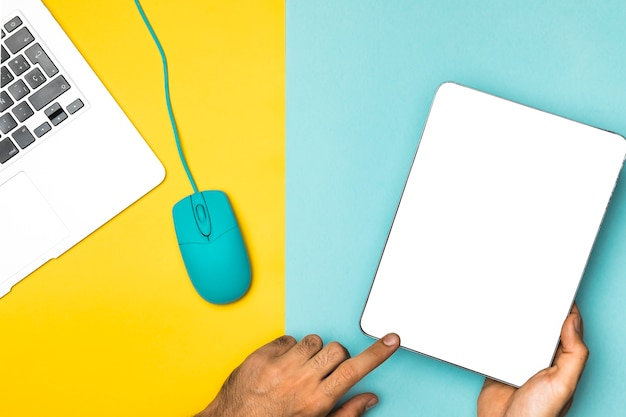 Vista superior tablet de maquete com fundo colorido