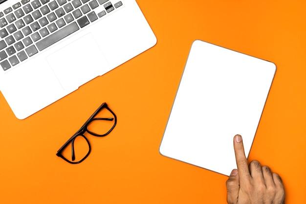 Vista superior tablet de maquete com fundo laranja