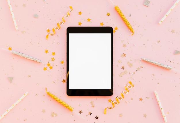 Vista superior tablet dispositivo digital e velas com fitas