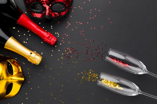 Vista superior taças de champanhe com glitter