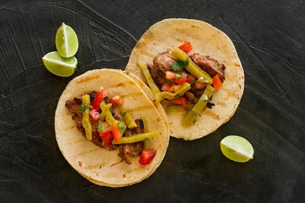 Vista superior tacos com carne e picles