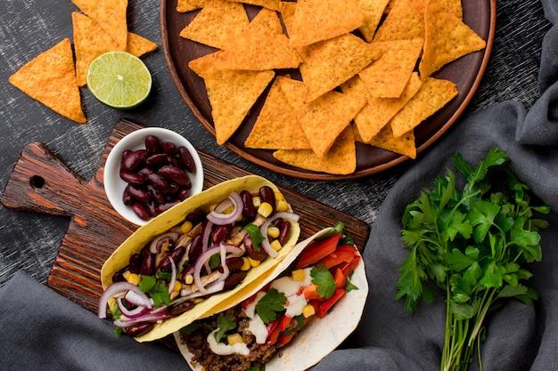 Vista superior tacos frescos com carne e vegetais