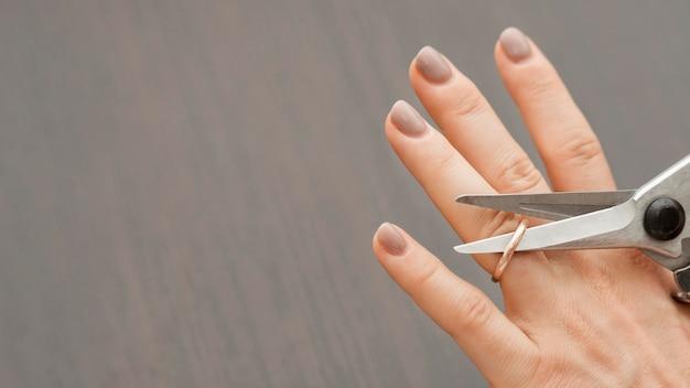 Vista superior tesoura corte anel de casamento