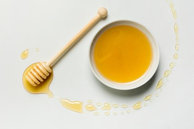 Vista superior, tigela de mel com mancha
