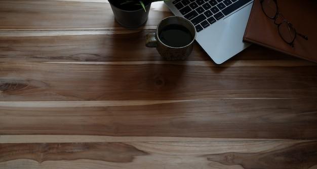 Vista superior, tiro, de, desktop escritório, com, laptop, e, espaço cópia