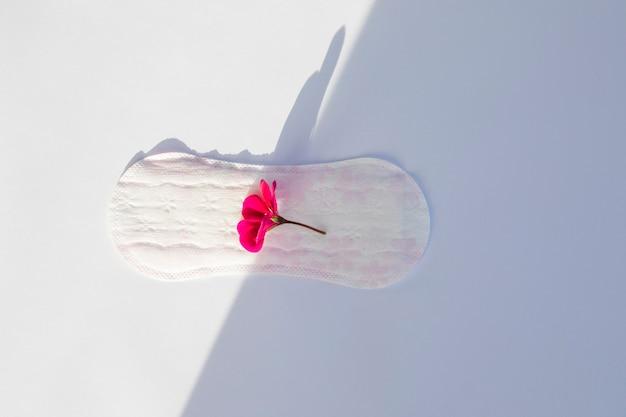 Vista superior toalha sanitária com flor