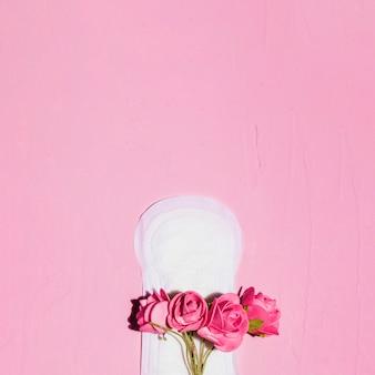Vista superior toalha sanitária com flores