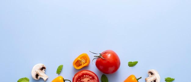 Vista superior, tomate, pimenta e cogumelos com cópia-espaço