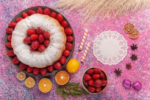 Vista superior torta de açúcar em pó bolo de morango com limão em rosa