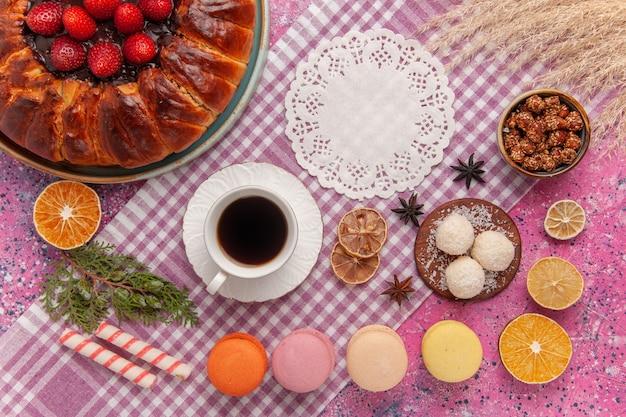 Vista superior torta de açúcar em pó bolo de morango na rosa