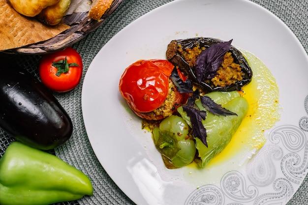 Vista superior tradicional prato azerbaijano dolma legumes recheados com carne e manjericão