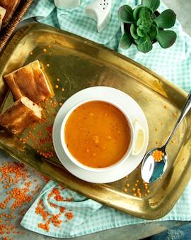 Vista superior tradicional sopa de lentilha azerbaijana com pão tandoor em uma bandeja