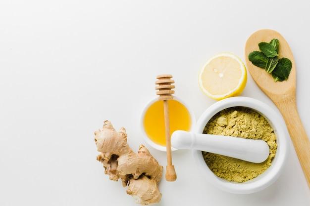 Vista superior tratamento natural com mel e ervas