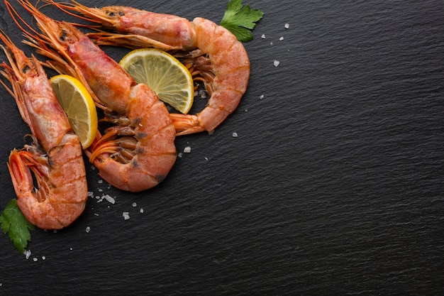 Vista superior três camarões com limão
