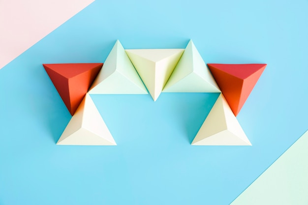 Vista superior triângulo forma de papel na mesa