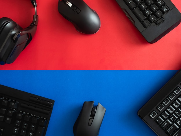 Vista superior um equipamento de jogos, mouse, teclado, fone de ouvido e mouse pad no fundo da tabela.