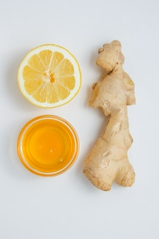 Vista superior um gengibre com limão e mel.