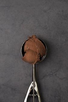 Vista superior uma bola de sorvete de chocolate