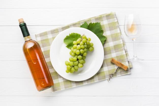 Vista superior uvas brancas e vinho