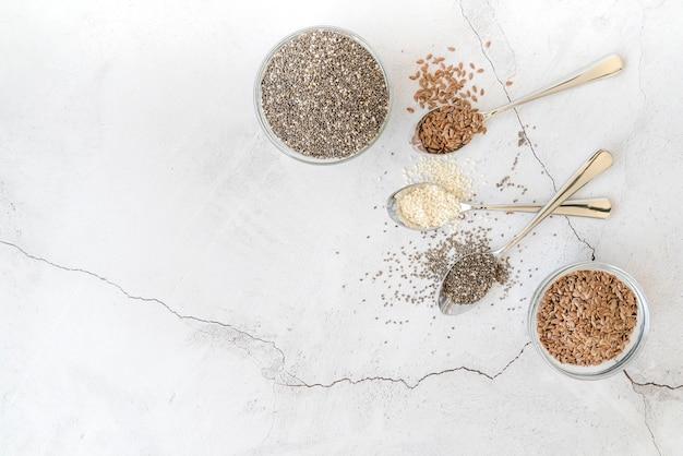 Vista superior várias sementes e colheres