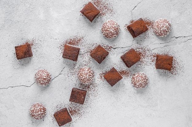 Vista superior variedade criativa de deliciosos produtos de chocolate