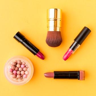 Vista superior variedade de acessórios de maquiagem