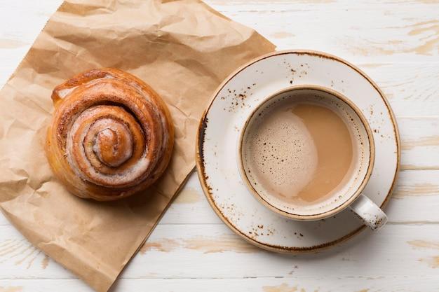 Vista superior variedade de café da manhã com café e pastelaria