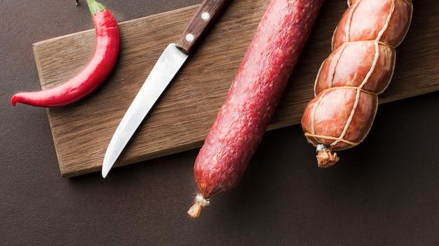 Vista superior variedade de carne de porco fresca na mesa
