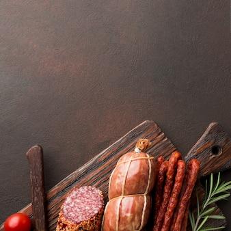 Vista superior variedade de carne fresca na mesa
