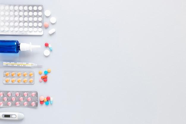 Vista superior variedade de comprimidos e analgésicos com espaço para texto
