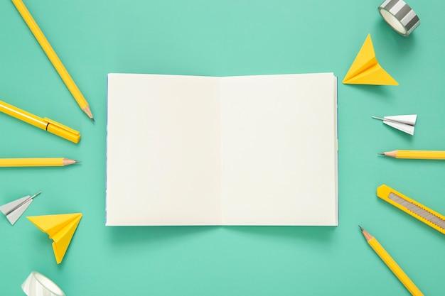Vista superior variedade de elementos de mesa com notebook aberto