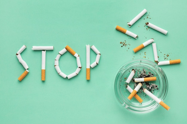 Vista superior variedade de elementos do dia sem tabaco