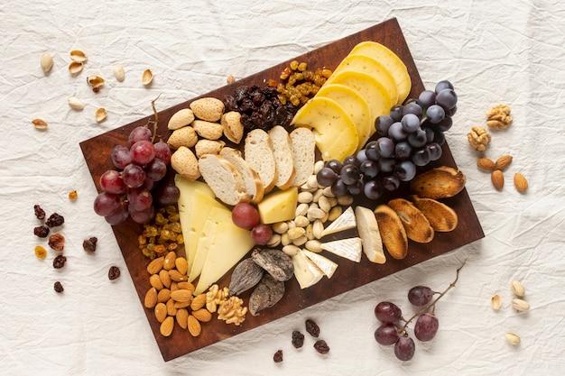 Vista superior variedade de lanches gourmet em uma mesa