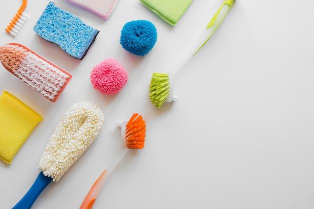 Vista superior variedade de materiais de limpeza com espaço para texto