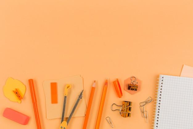 Vista superior variedade de material de escritório com espaço para texto