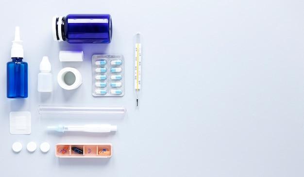 Vista superior variedade de medicamentos com espaço para texto