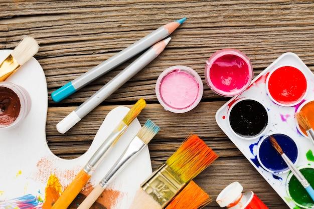 Vista superior variedade de pincéis e lápis