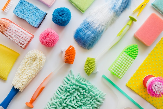 Vista superior variedade de produtos de limpeza em cima da mesa