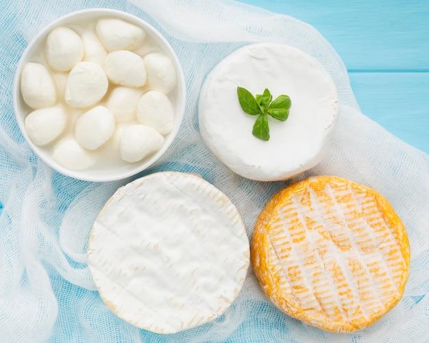 Vista superior variedade de queijo gourmet em cima da mesa