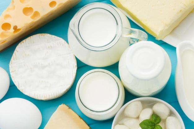 Vista superior variedade de saboroso queijo com leite orgânico