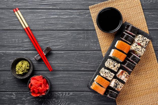 Vista superior variedade de sushi maki na ardósia