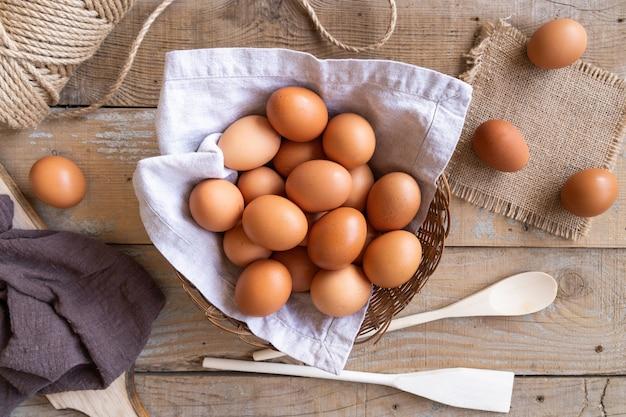 Vista superior vários ovos na cesta