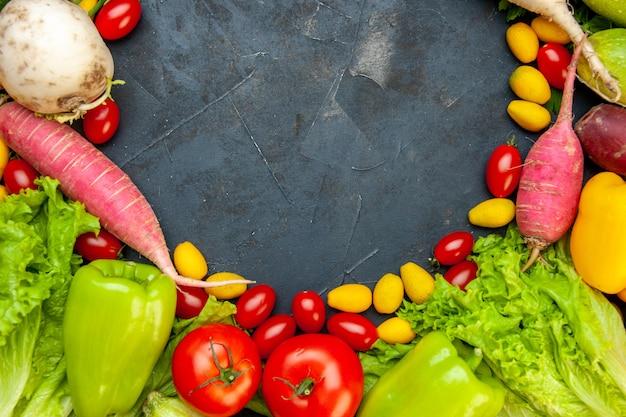 Vista superior vegetais frescos tomates cereja cumcuat rabanete pimentões alface espaço livre