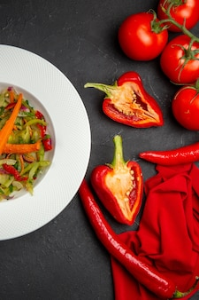 Vista superior vegetais salada de vegetais pimenta pimenta pimentão tomate toalha de mesa