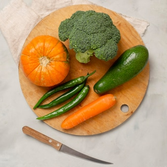 Vista superior vegetais verdes e laranja