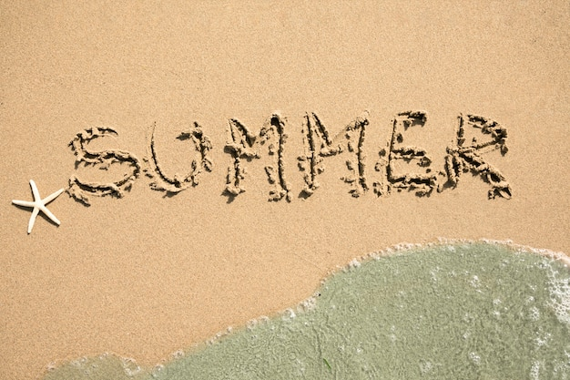 Vista superior verão escrito na praia