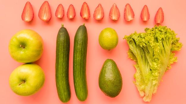 Vista superior verde frutas e legumes com morangos