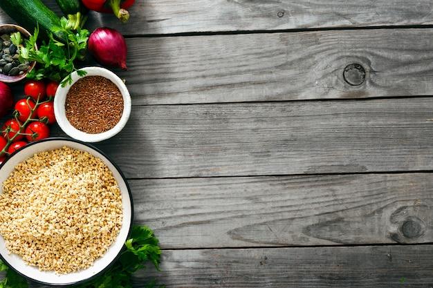Vista superior verde legumes trigo sarraceno cozinhar alimentos crus alimentos saudáveis