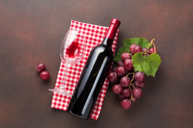 Vista superior vinho tinto no guardanapo
