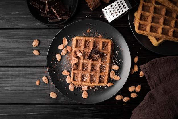 Vista superior waffle belga com amêndoas